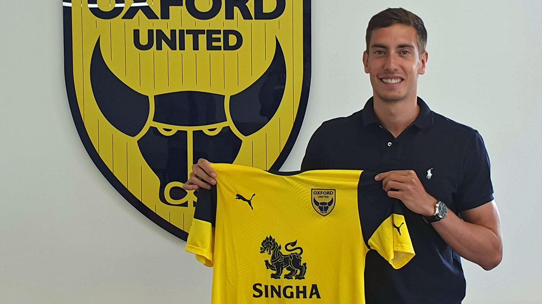 Alex Rodríguez posando con la camiseta del Oxford United. / Oxford Udt.
