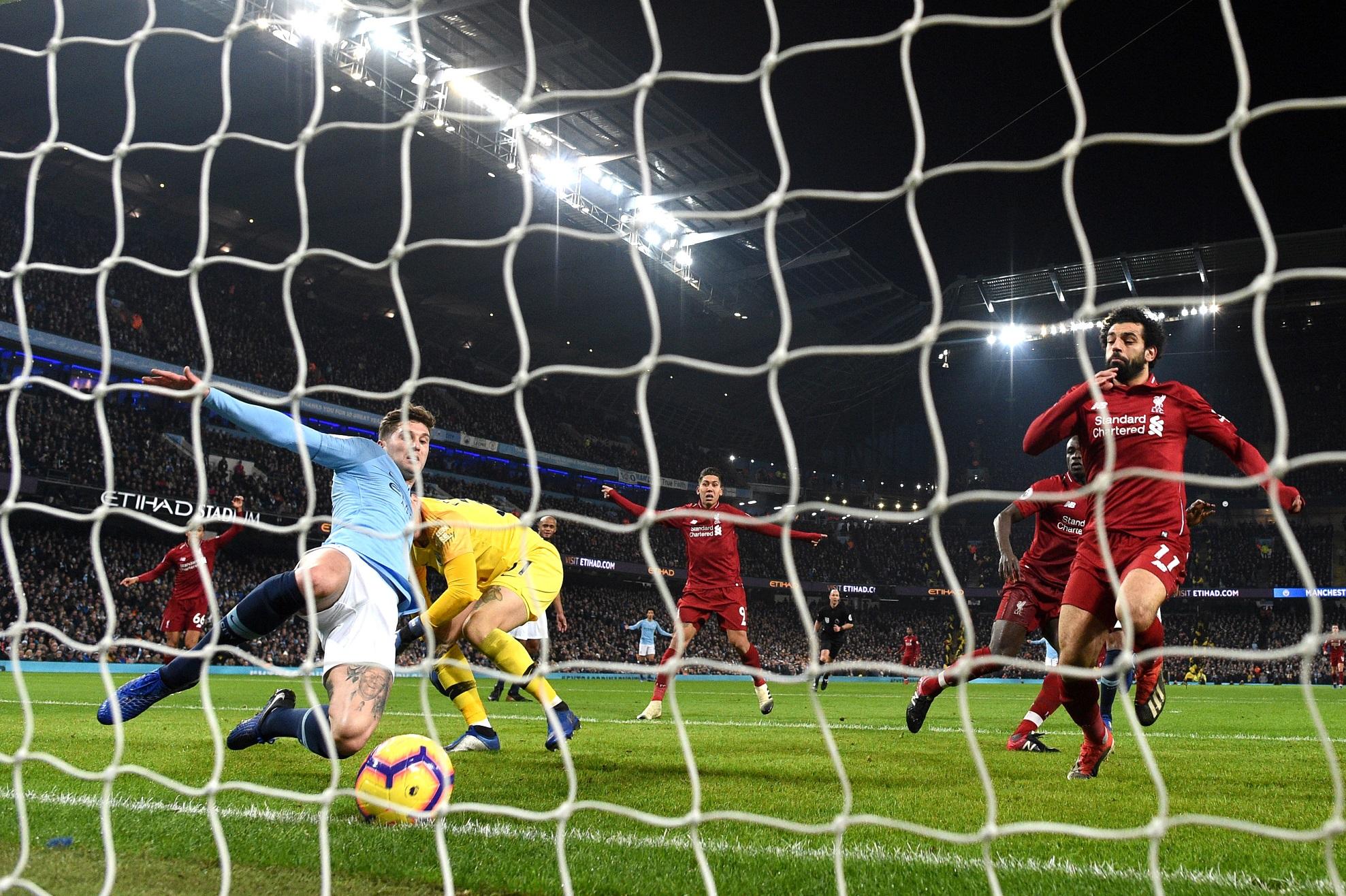 John Stones despeja el balón sobre la línea de gol