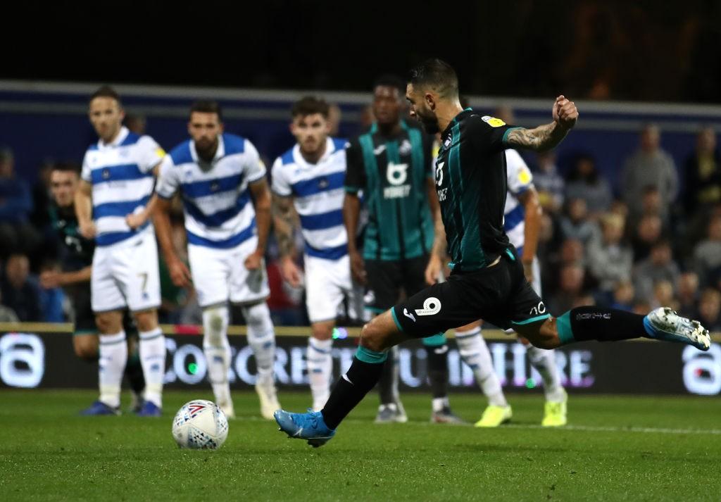 Borja Bastón lanzando un penalti en su partido contra el QPR. / Getty Images