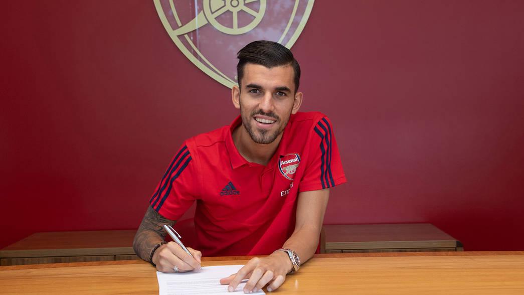 Ceballos firmando contrato con su nuevo club. Fuente: Arsenal FC
