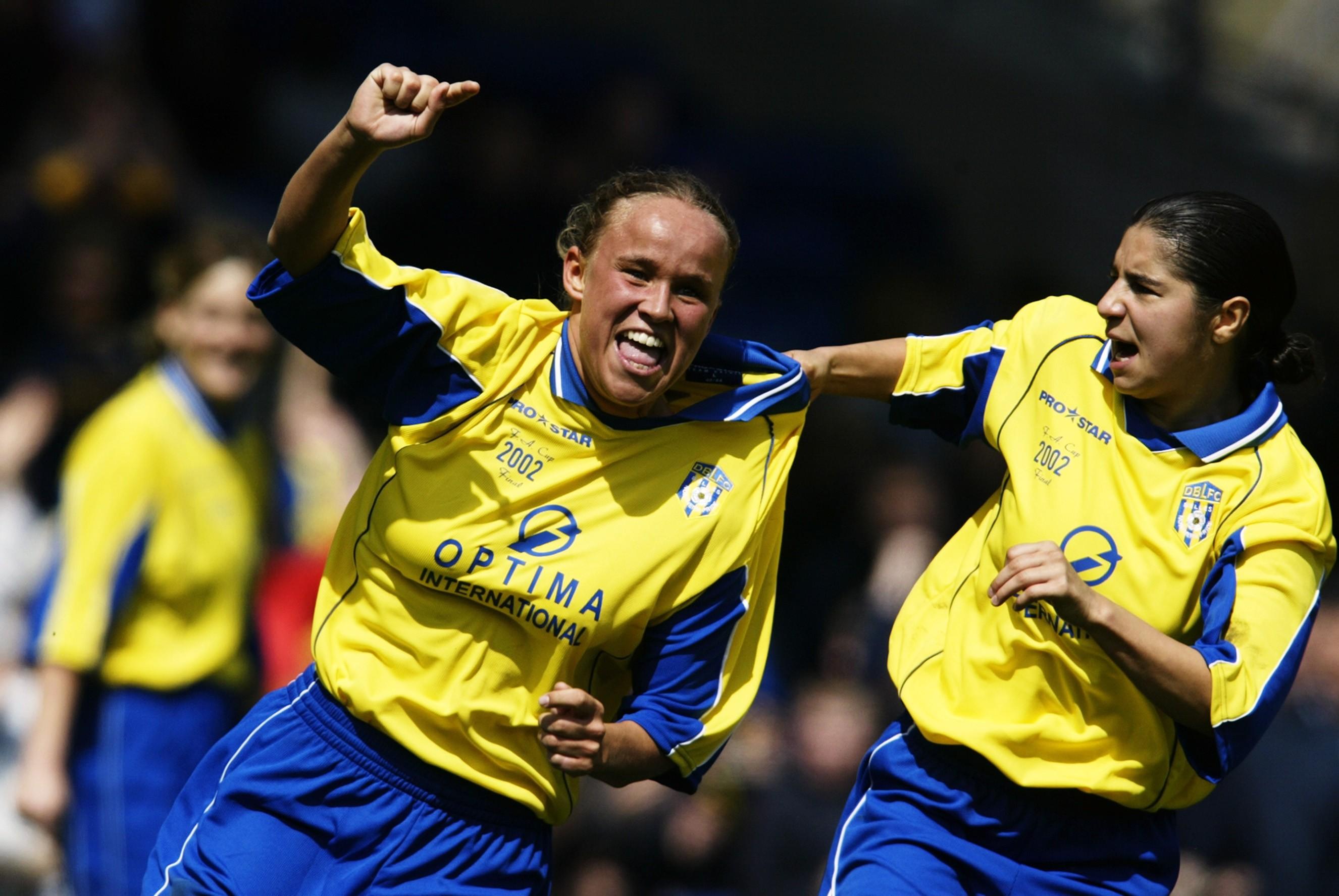 Jodie Handley y Carly Hunt celebran el gol de las Donny Belles en la final de FA Cup que perdieron ante el Fulham en 2002. / Getty Images