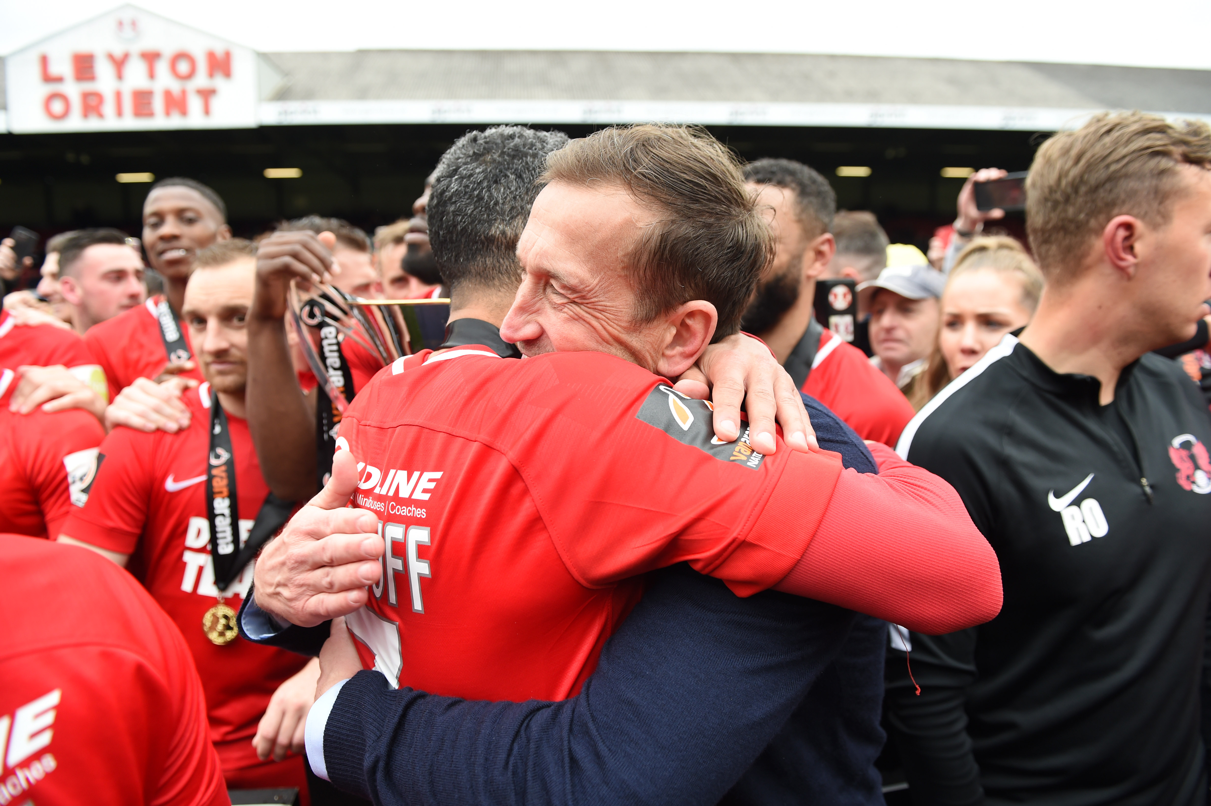 Jobi McAnuff abrazado a Justin Edinburgh