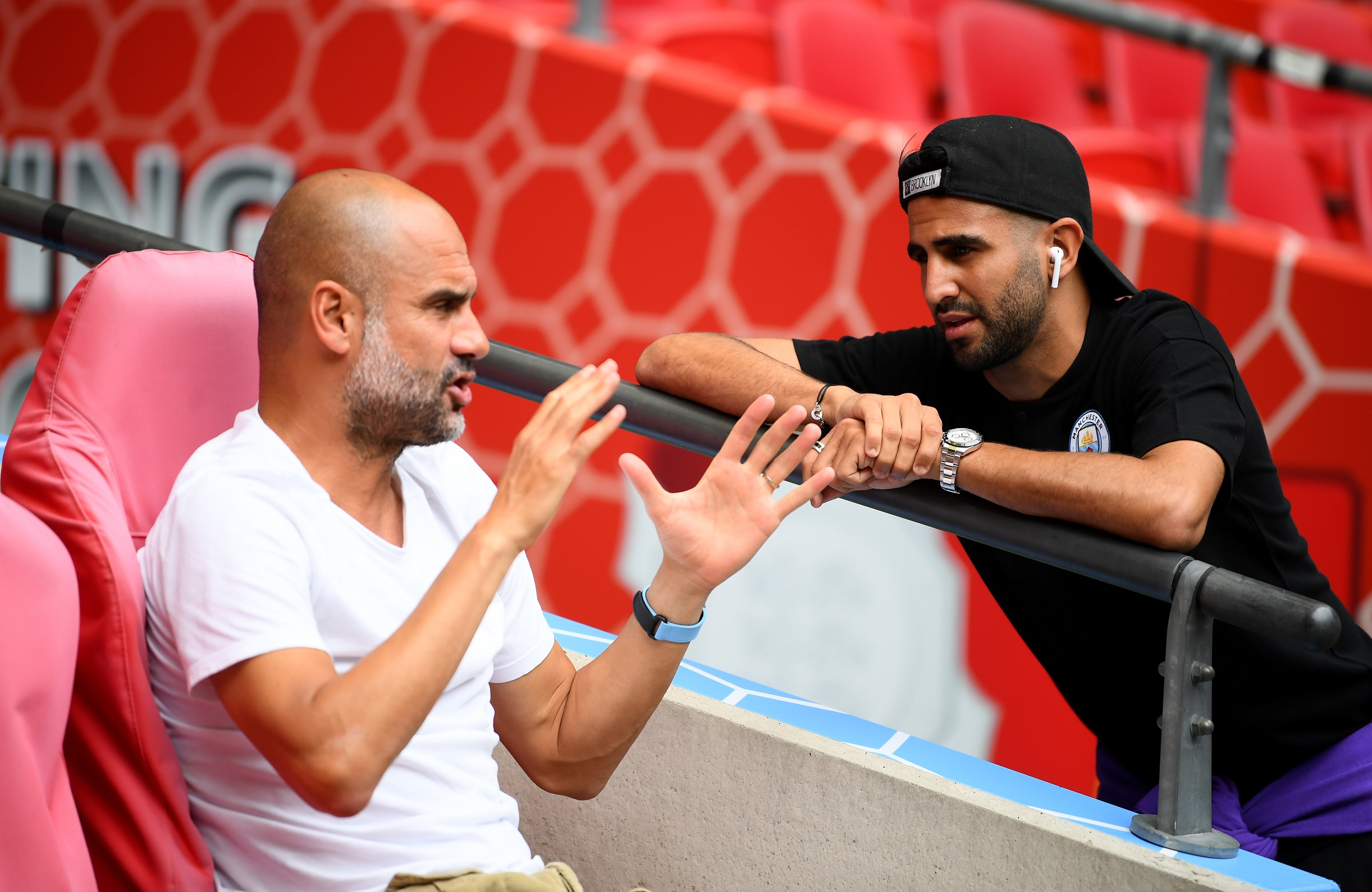 Guardiola y Mahrez hablando antes de la Community Shield