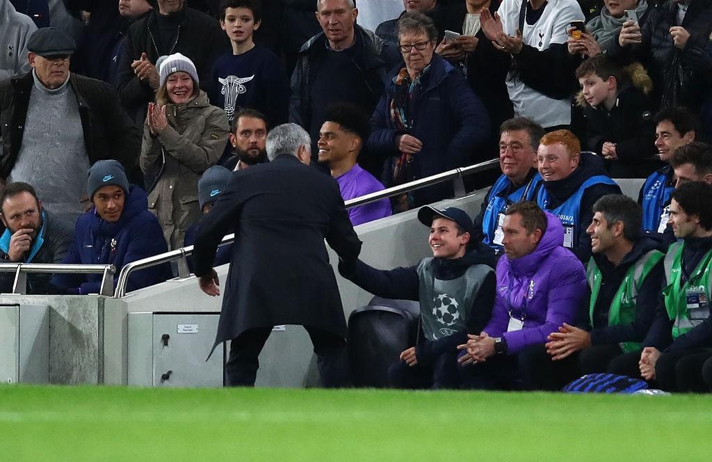 Mourinho recompensó a un joven recogepelotas por su contribución a la remontada de los Spurs frente a Olympiacos. / Getty Images