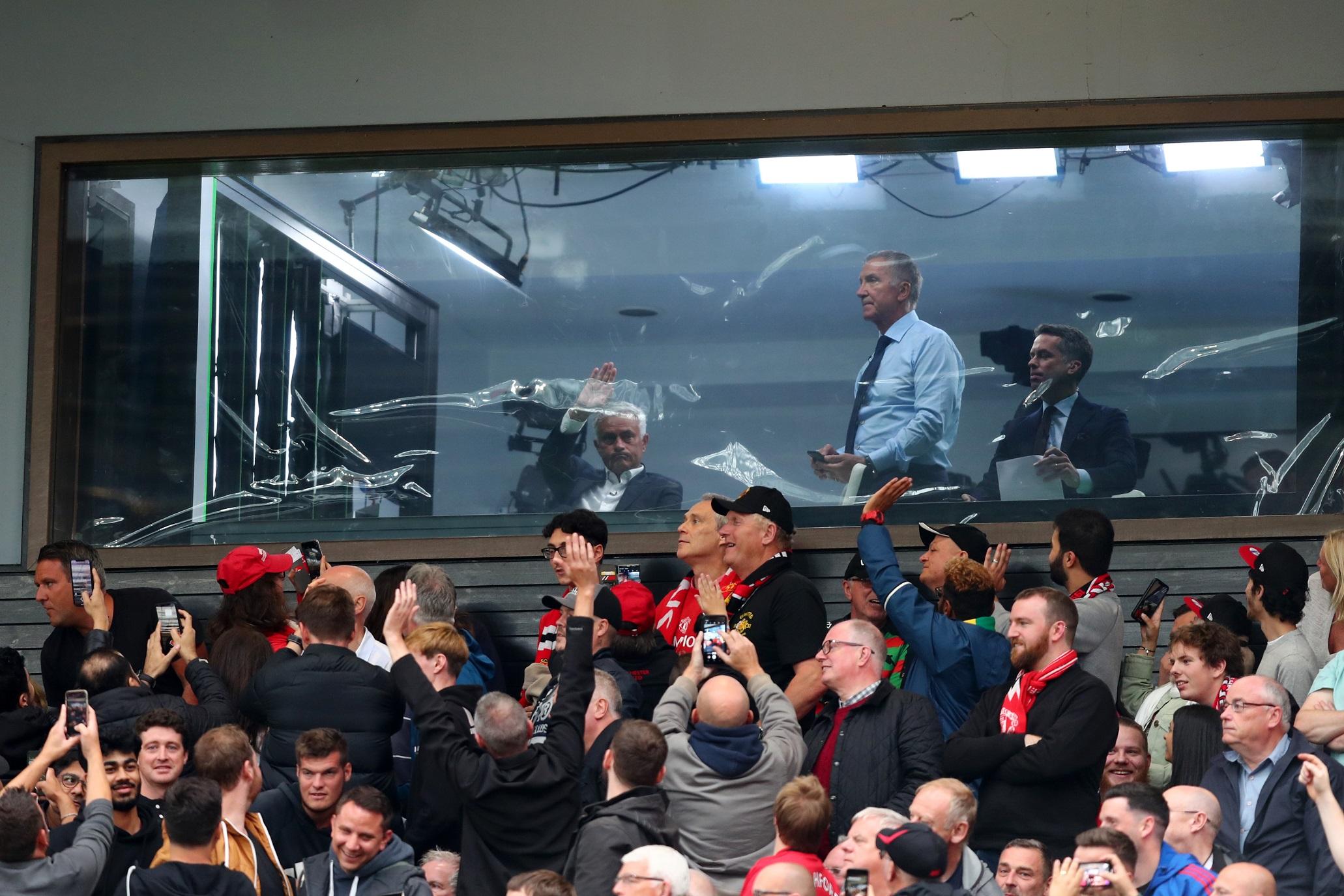 José Mourinho observando la accción entre Manchester United y Chelsea
