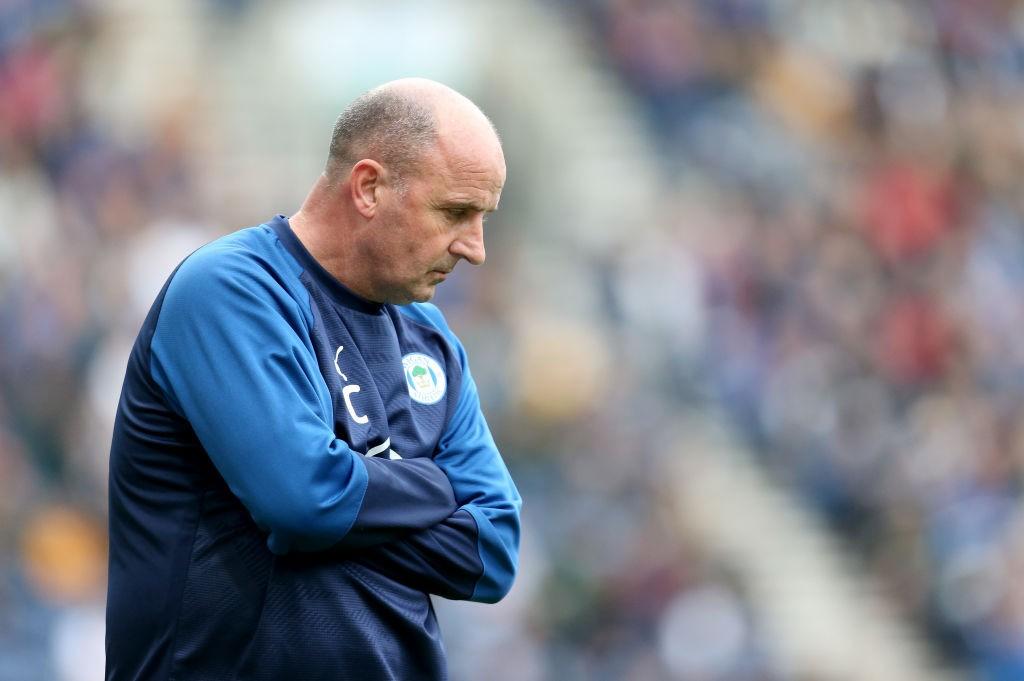 Paul Cook ve peligrar su puesto tras el mal arranque del Wigan Athletic. / Getty Images