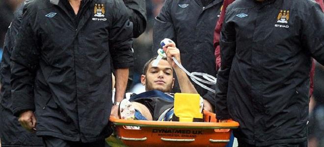 Hatem Ben Arfa siendo retirado tras la entrada de Nigel De Jong