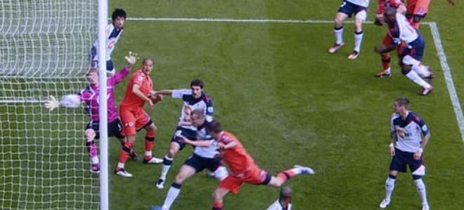 El cabezazo del defensa del QPR, Clint Hill, debió haber subido al marcador