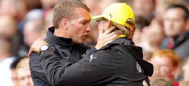 Brendan Rodgers y Jürgen Klopp se saludan antes de un amistoso
