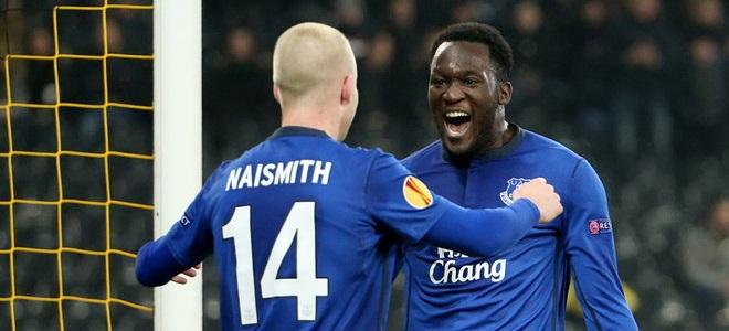 Lukaku y Naismith celebran un tanto ante el Young Boys