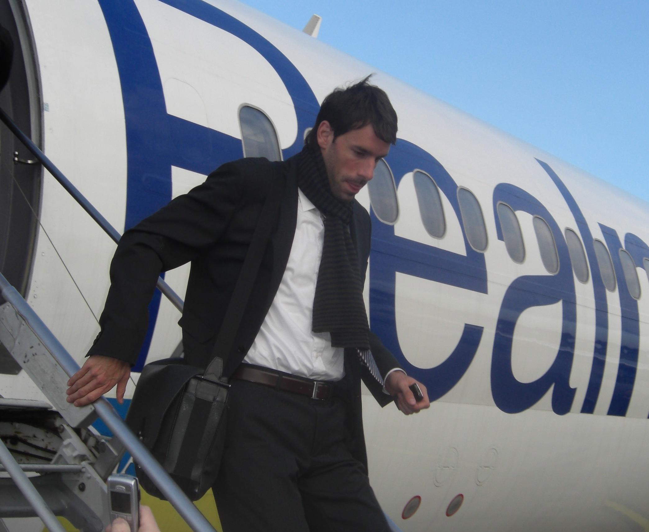Ruud van Nistelrooy bajando de un avión