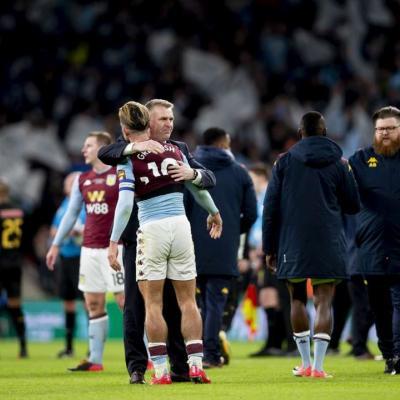 Jack Grealish se abraza a Dean Smith desconsolado. / Aston Villa