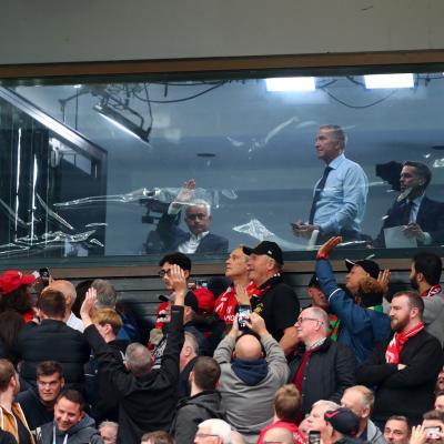José Mourinho observando la acción entre Manchester United y Chelsea
