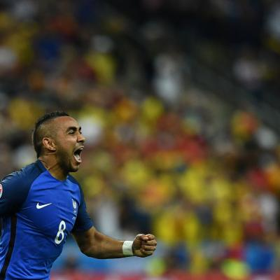 Dimitri Payet celebra su gol ante Rumanía