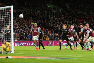 El Aston Villa, Björn Engels en el remate, estuvo a punto de empatar en Wembley