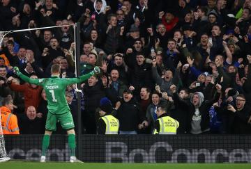 Daniel Iversen del Oldham celebra su victoria en Fulham
