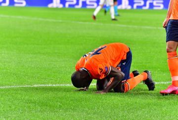 Demba Ba marcó para ganar al Manchester United en Estambul
