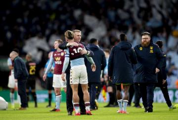 Jack Grealish se abraza a Dean Smith desconsolado. / Aston Villa