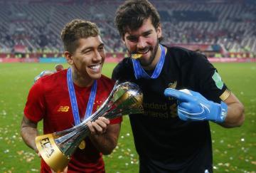 Roberto Firmino y Alisson celebrando su consecución del Mundial de Clubes