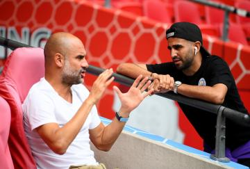 Guardiola y Mahrez hablando antes de la Community Shield