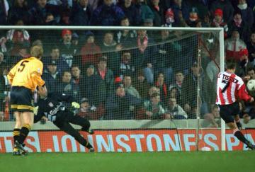 Le Tissier lanzando un penalti. / Southampton FC