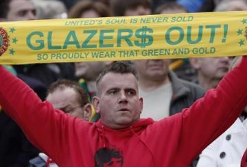 Un aficionado se manifiesta contra los dueños del Manchester United