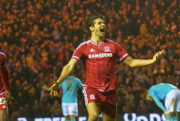 Albert Adomah y George Friend celebran el tanto del Middlesbrough
