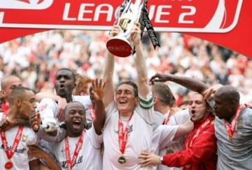 Keith Andrews levanta el título de campeón de League Two con MK Dons