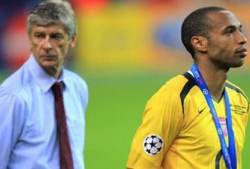 Arsène Wenger y Thierry Henry sobre el césped de París