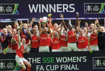 Arsenal posando con el trofeo