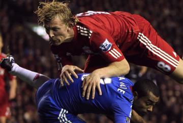 Ashley Cole y Dirk Kuyt se verán las caras en la banda derecha del Liverpool