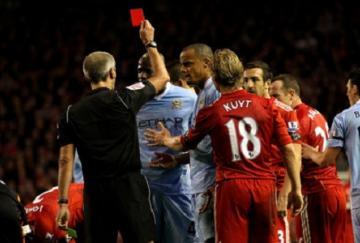 Balotelli vio la tarjeta roja tras un cuarto de hora sobre el césped