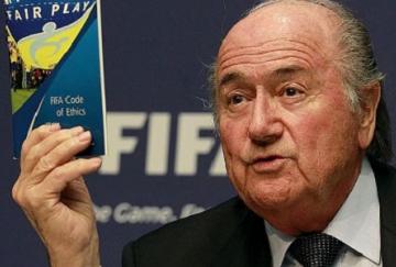 Sepp Blatter sigue generando polémica desde su puesto