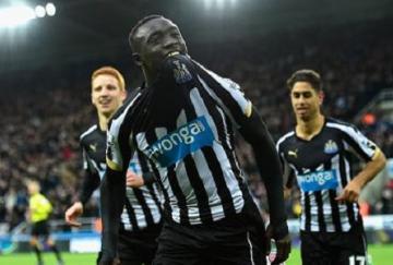 Papiss Cissé logró un doblete ante el Chelsea