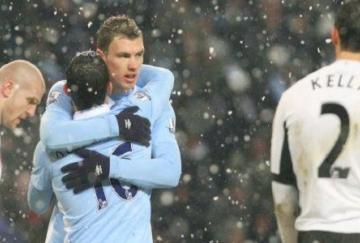 Agüero le regaló el tercer gol a Dzeko
