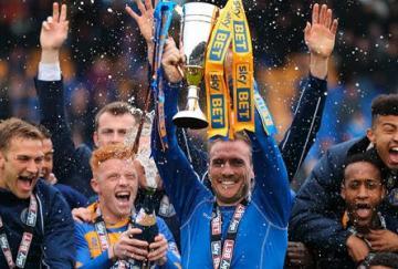 El Shrewsbury celebra su ascenso a League One