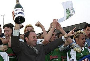 Padre (centro) e hijo (izquierda) celebran el ascenso del Yeovil en 2003