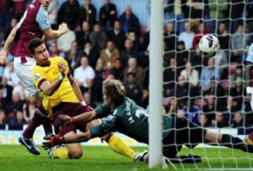 Giroud se estrenó en la Premier League
