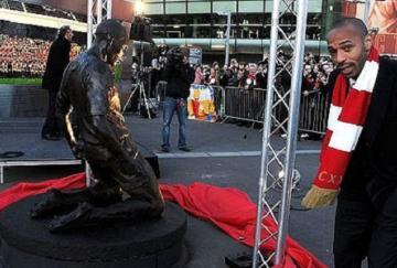 Thierry Henry junto a su estatua