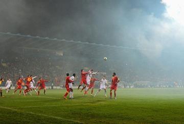Las bengalas llenaron de humo el estadio de Podgorica