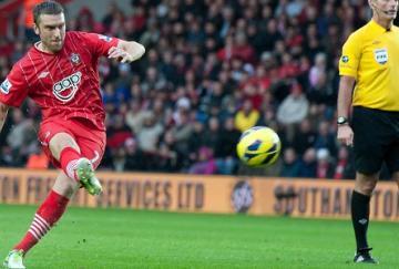 Lambert decidió el encuentro con un gran gol de falta