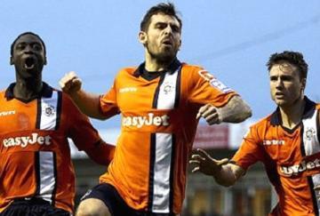 Alex Lawless celebra el gol que permitió al Luton eliminar a los Wolves