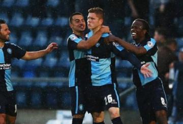 Alfie Mawson celebra un gol