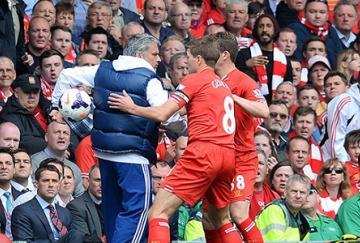 José Mourinho retiene el balón ante los jugadores del Liverpool