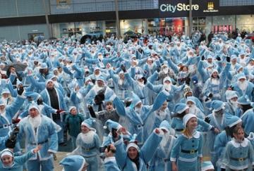 Aficionados del City disfrazados de Santa Claus