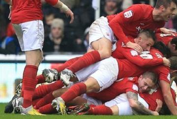 Los jugadores del Forest celebran el gol de Chris Cohen