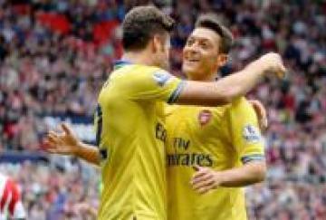 Mesut Özil debutó con asistencia y buen partido