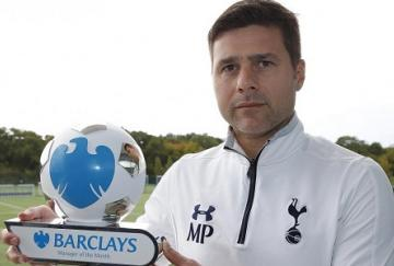 Mauricio Pochettino posa con su premio al entrenador del mes