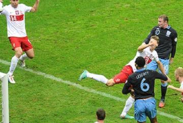 Rooney cabecea para marcar el primer gol
