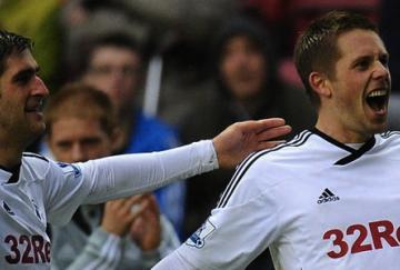 Sigurdsson fue la estrella del partido y anotó dos tantos